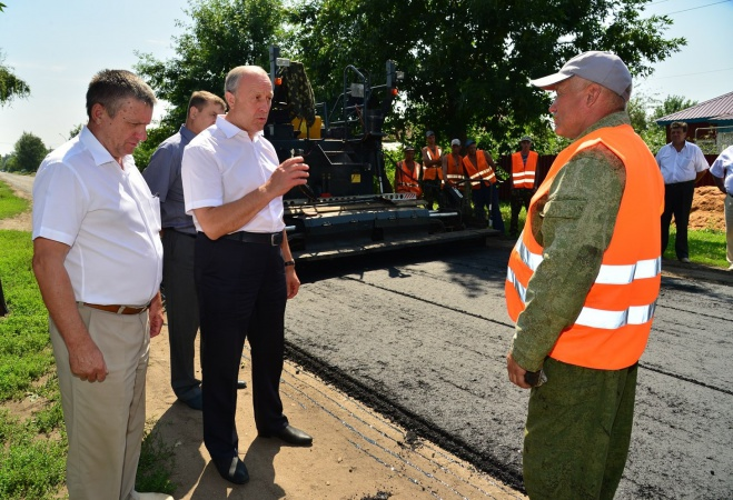 """В Ртищеве губернатору рассказали о """"ноу-хау"""" в ремонте дорог"""