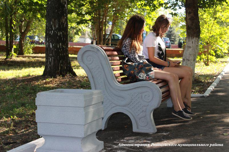Ртищевские фирмы установили в парке 14 именных скамеек