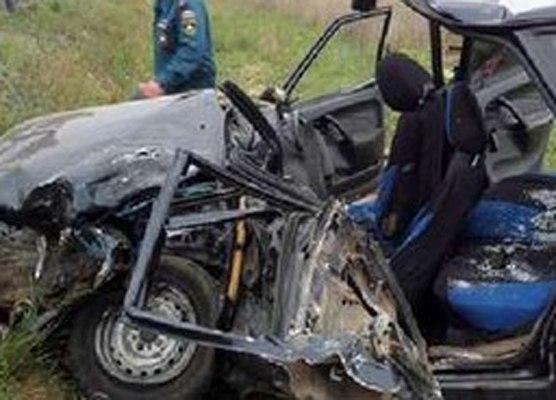 Трое мужчин погибли в аварии, протаранив на ВАЗ2115 стоящий грузовик