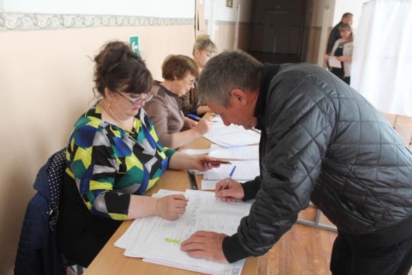 Александр Санинский проголосовал на счетном участке в селе Красная Звезда