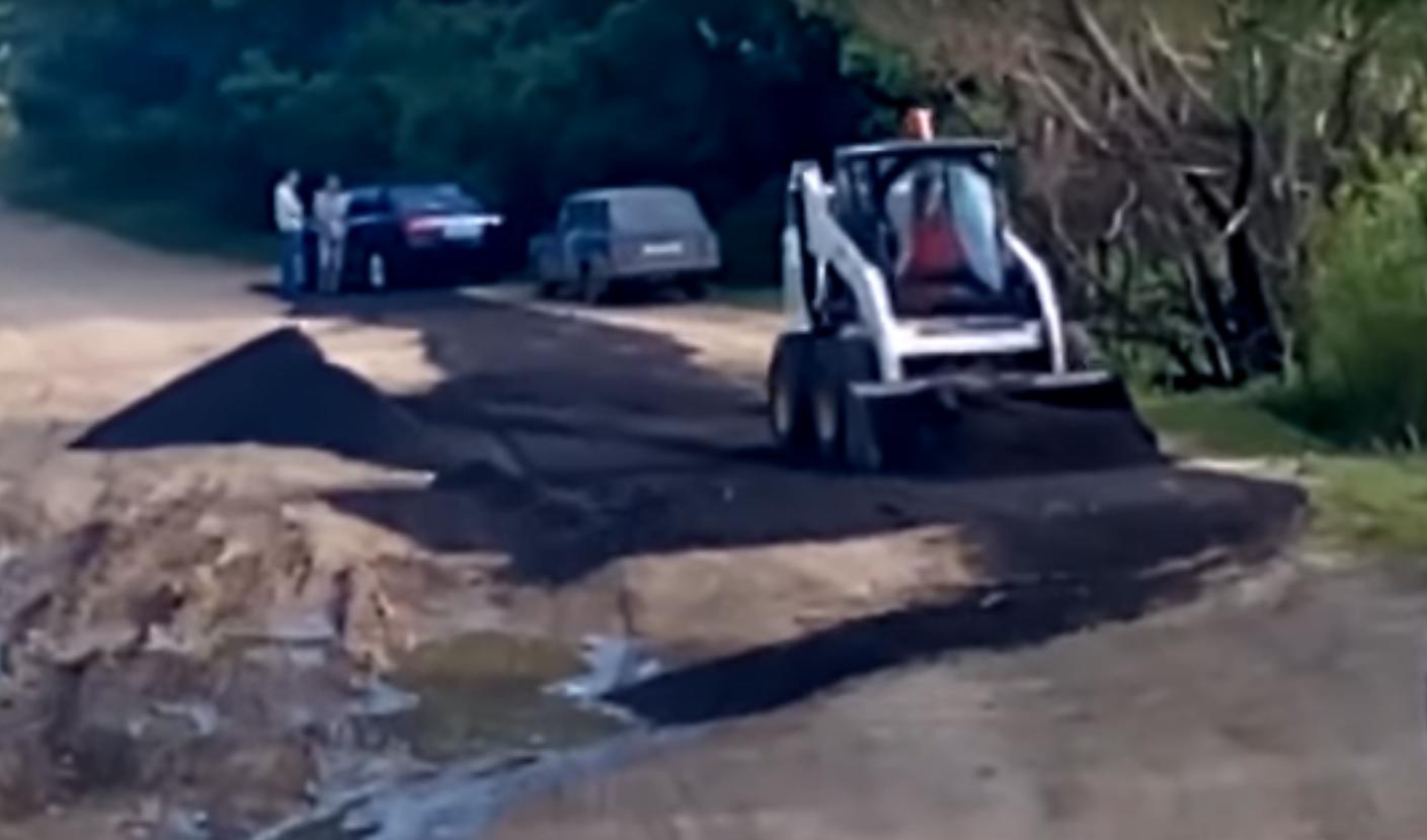 К приезду Радаева в микрорайон Саратова рабочие асфальтировали грязь. Видео