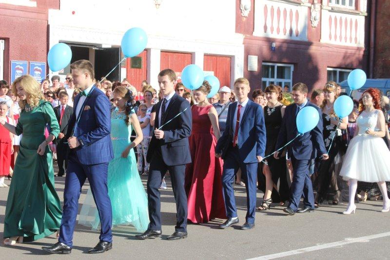 Вчера в Ртищево состоялся парад выпускников
