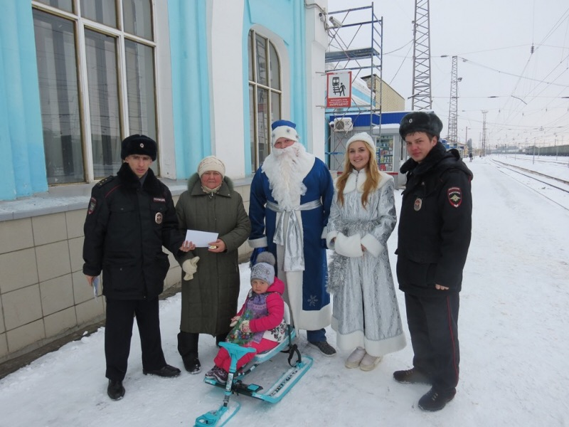 Дед Мороз и Снегурочка напомнили ртищевцам о безопасности на железной дороге