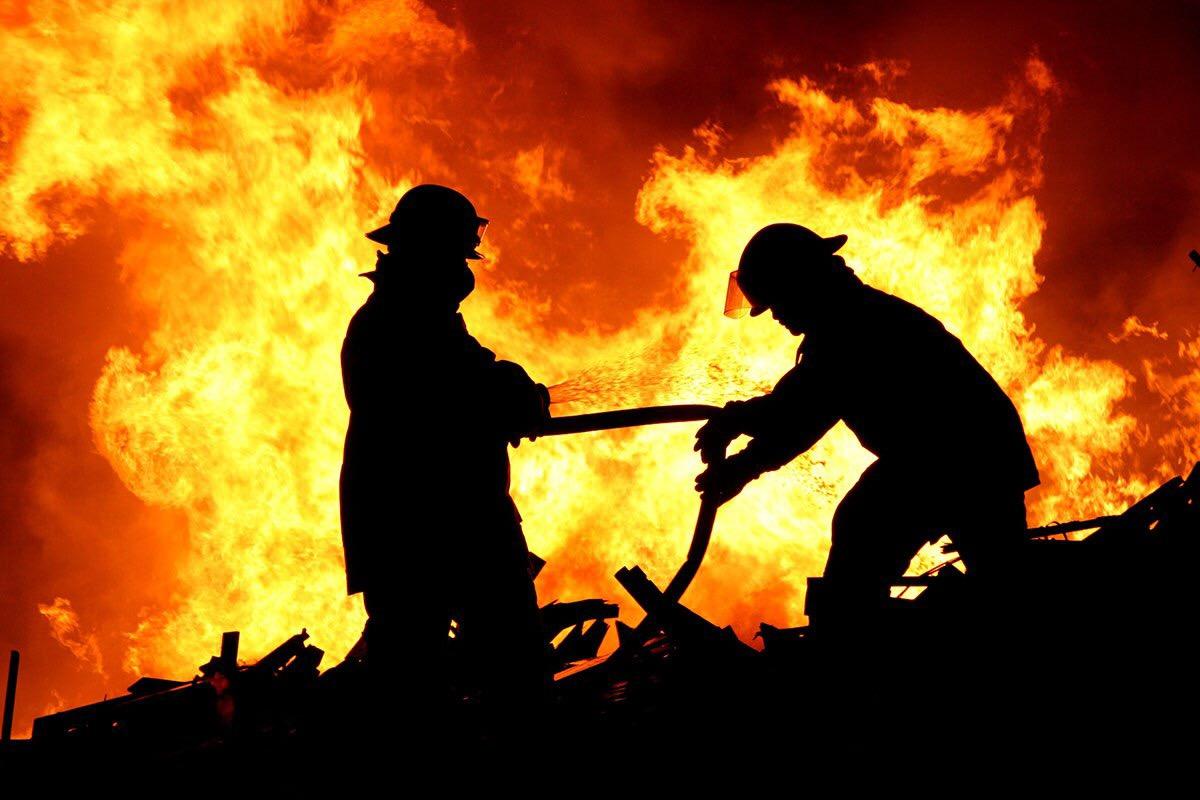 На Приовражной огонь уничтожил надворные постройки