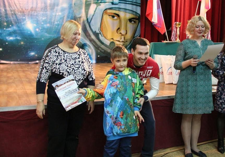 Паралимпиец Денис Тарасов наградил ртищевских спортсменов