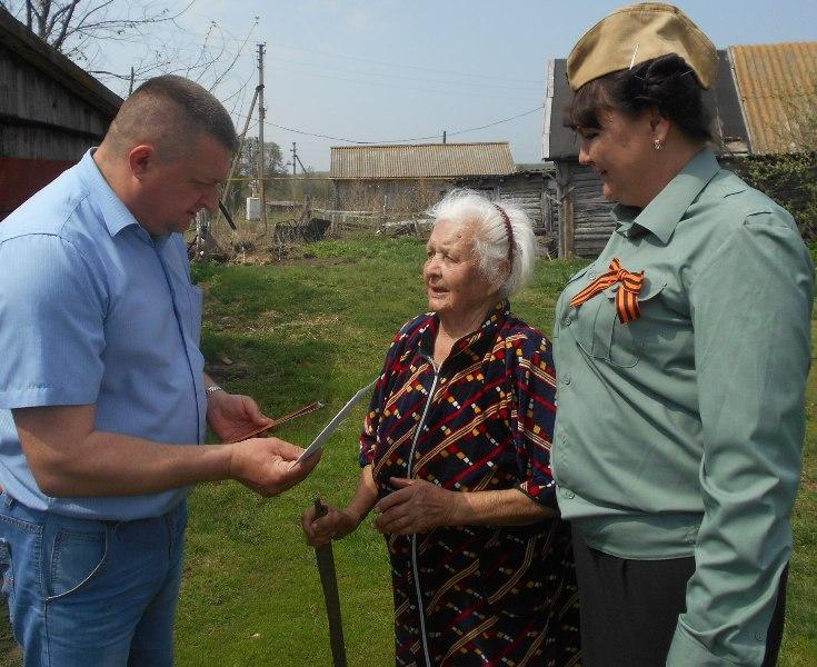 Глава Краснозвездинской администрации подарил труженникам тыла открытки