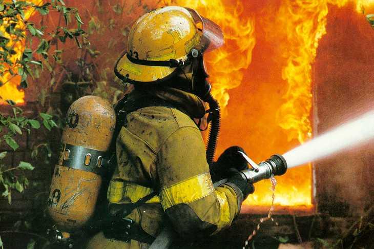 Жилой дом на Островской пожарные тушили больше часа