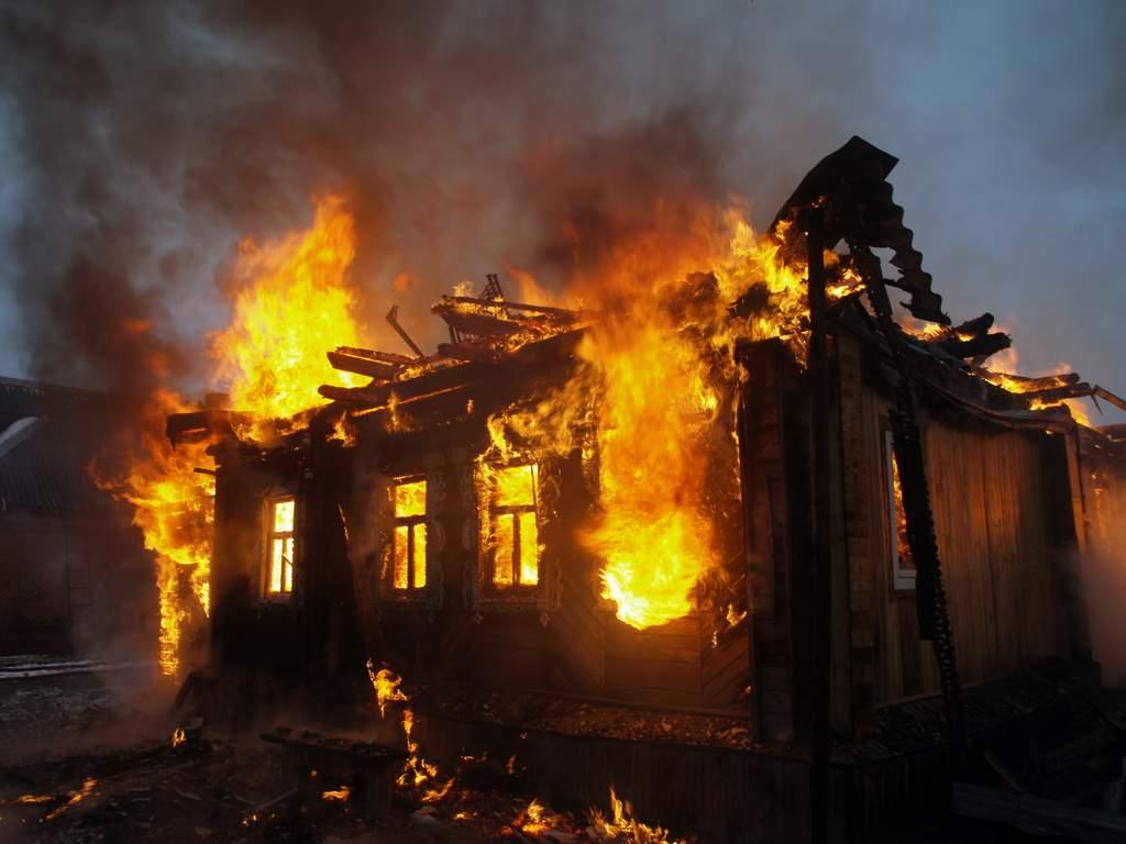В Подгорном пожарные тушили дом более 2 часов