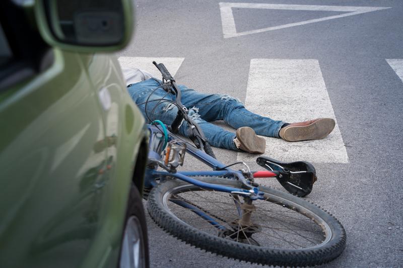 Ртищевец сбил велосипедиста и врезался в припаркованное авто