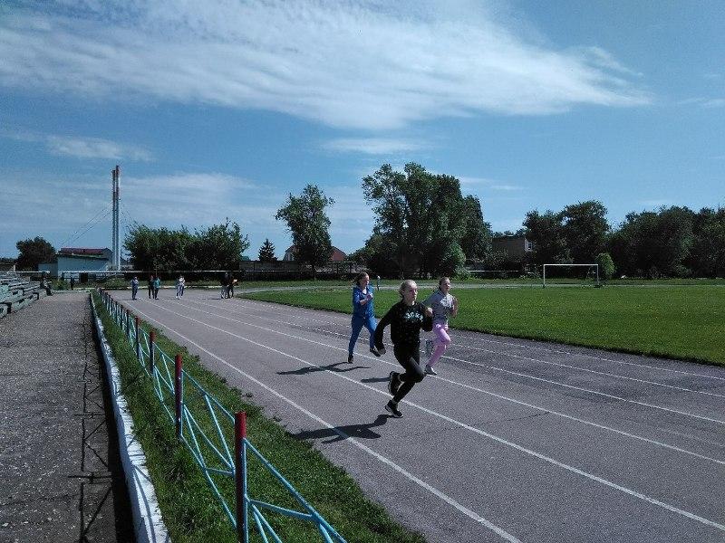 В соревнованиях по легкой атлетике сразились 12 школ