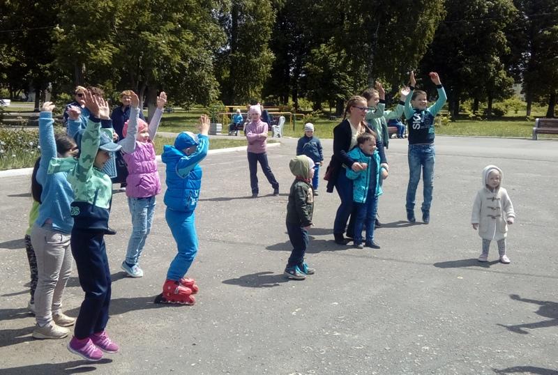 В ртищевском парке артисты показали детям спектакль
