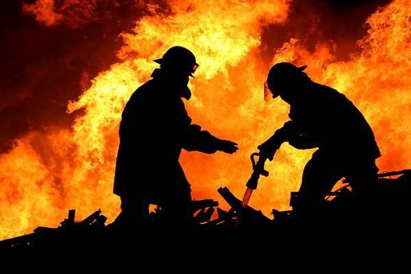 В Ртищевском районе загорелся склад автозапчастей