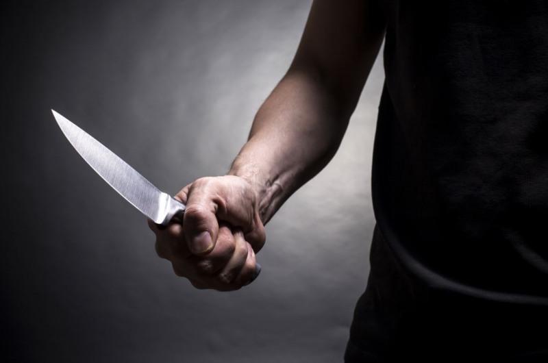 Угрожая ножом, пожилой рецидивист вымогал 50 000 рублей у прохожего