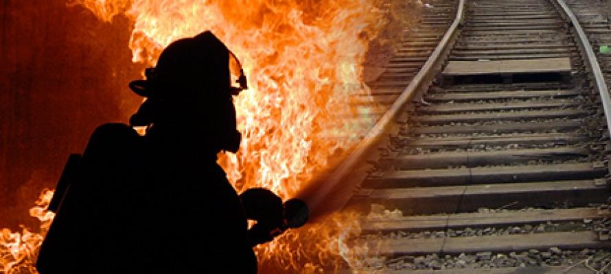 В Ртищево трое пожарных тушили загоревшиеся шпалы