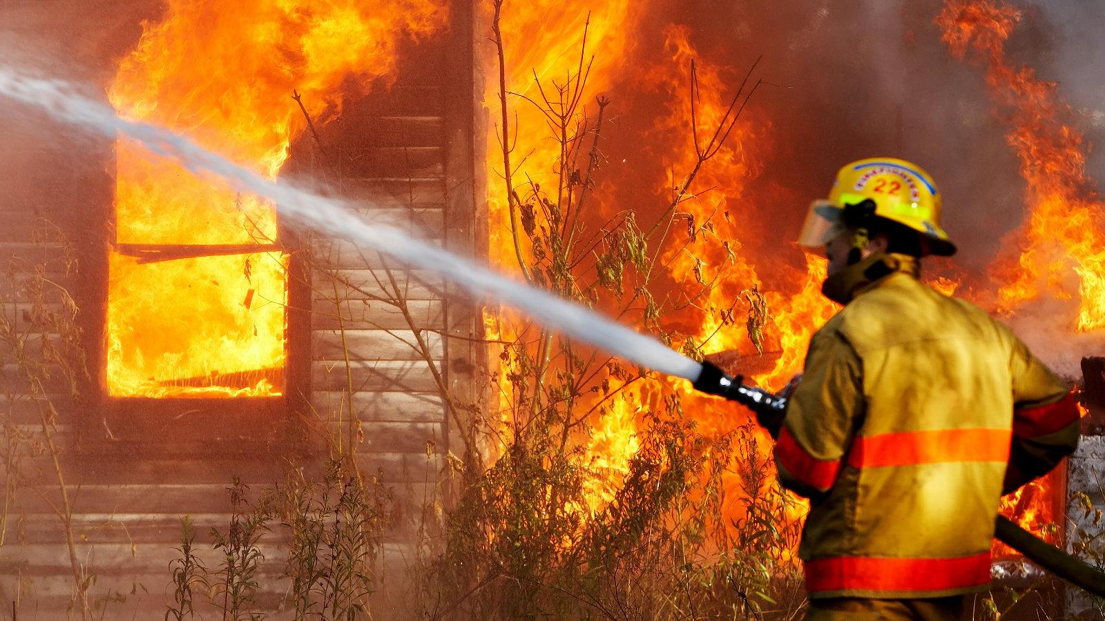 В Рюмино загорелся жилой дом и сарай