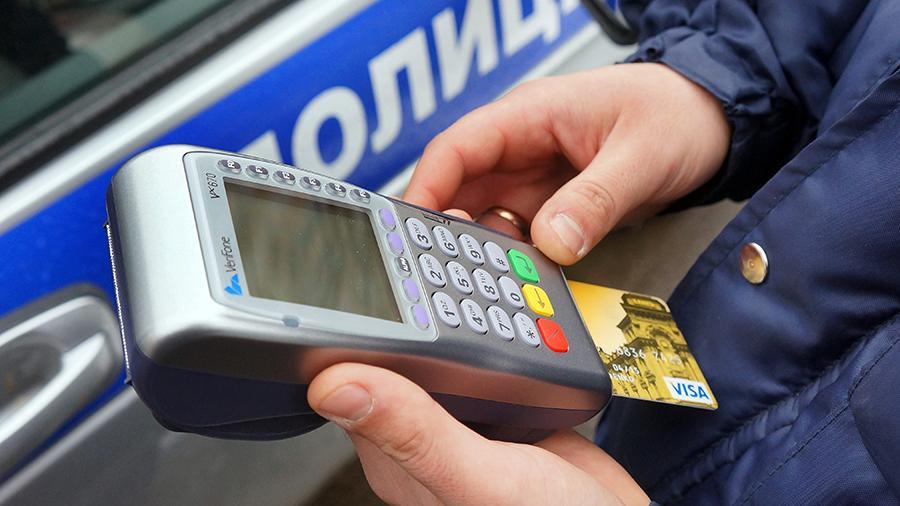 ГИБДД начнет списывать штрафы с банковских карт