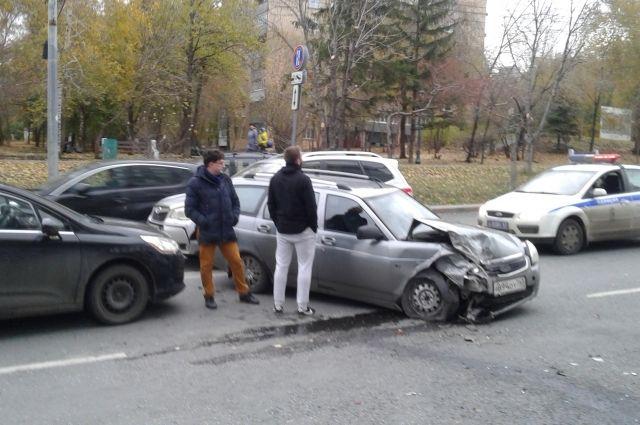 Иномарка сбила пешехода на тротуаре