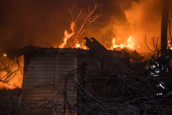 В Ртищеве пожар уничтожил частный гараж