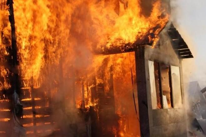 В Ртищевском районе горел двухэтажный жилой дом