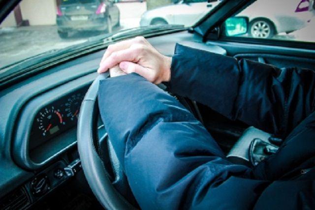 У мужчины угнали машину, когда он отлучился по нужде