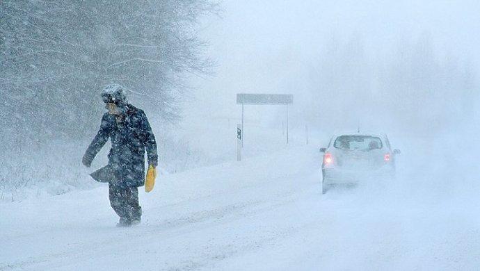 Обильный снегопад затруднил движение транспорта на трассах в 5 районах