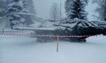 Самолет упал с постамента под тяжестью снега