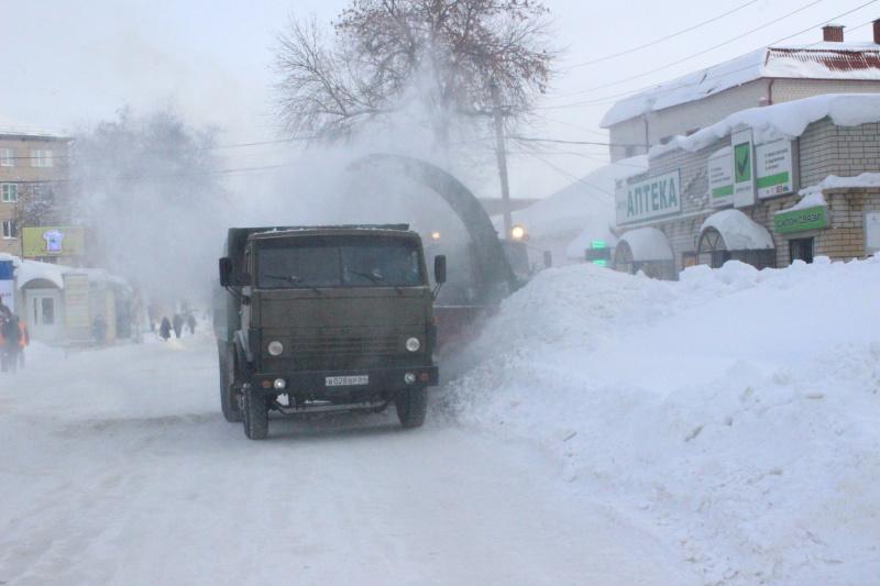 В городе начали вывозить снег