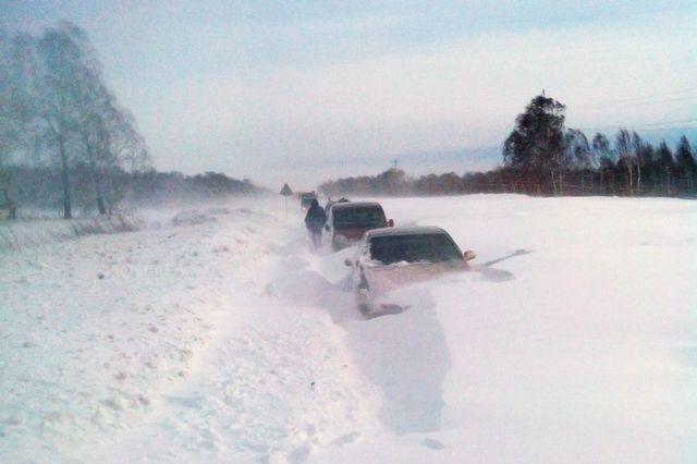 На трассе несколько десятков машин оказались в снежном плену