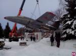 Самолет, упавший из-за снега, установлен на постамент