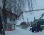 В Ртищево продолжается очистка крыш от снега и наледи