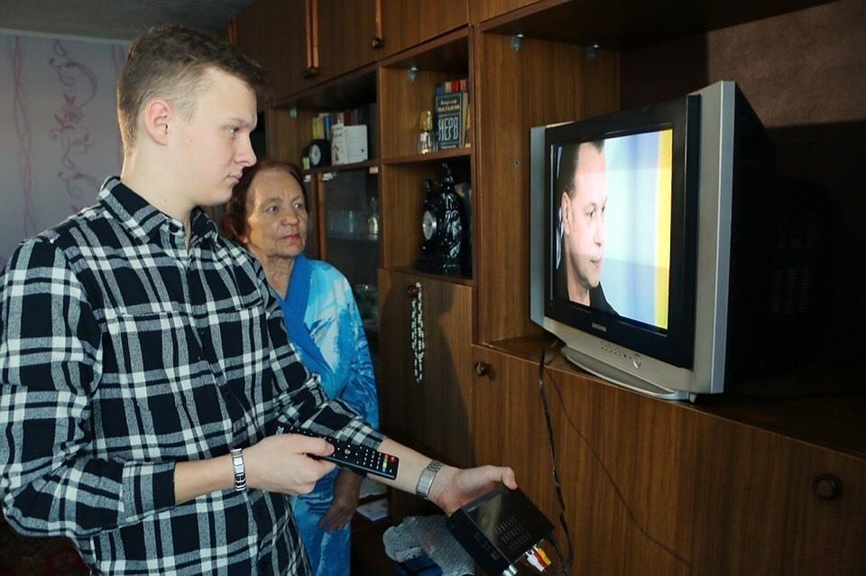 Волонтеры предлагают пожилым людям помощь в настройке цифрового ТВ