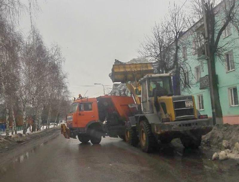 Продолжаются работы по уборке города