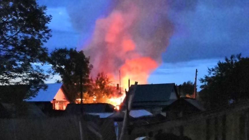 В п. Ртищевский сгорела пристройка к дому