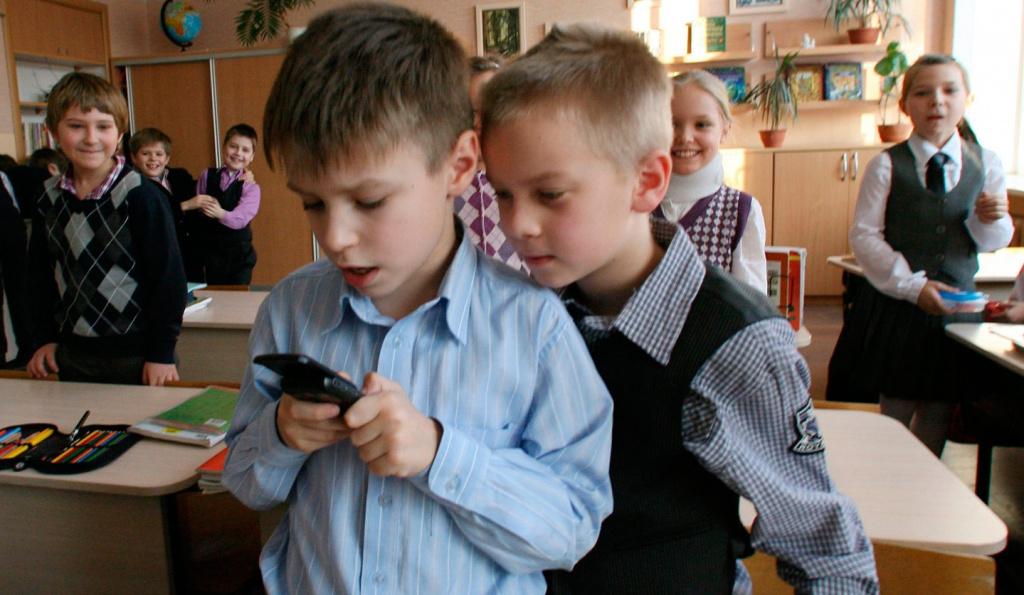 Детям запретят пользоваться телефонами в школе