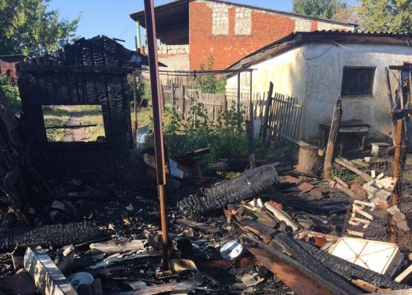 Тушивший пожар одеялами мужчина не смог спасти приятеля