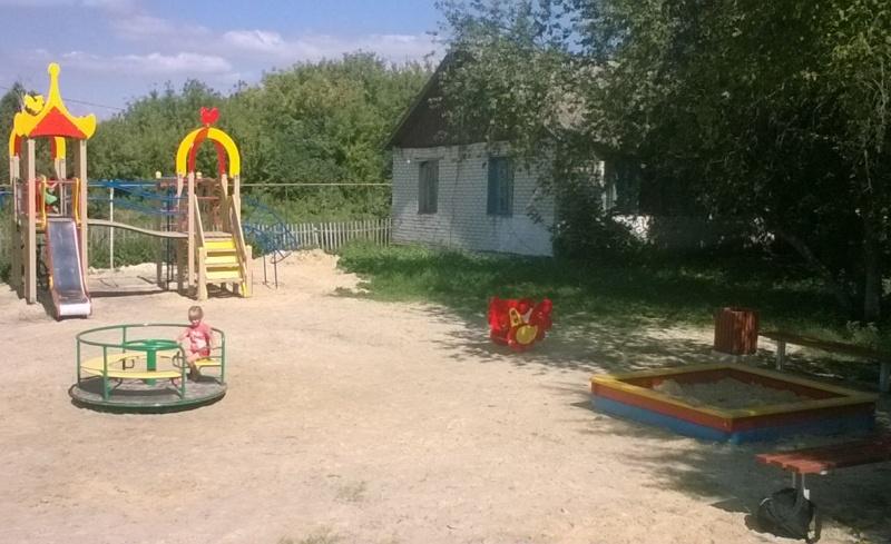 В селах Ртищевского района устанавливают детские площадки