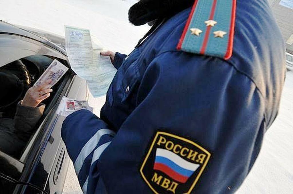 За попытку дать взятку сотруднику ГИБДД водителя оштрафовали