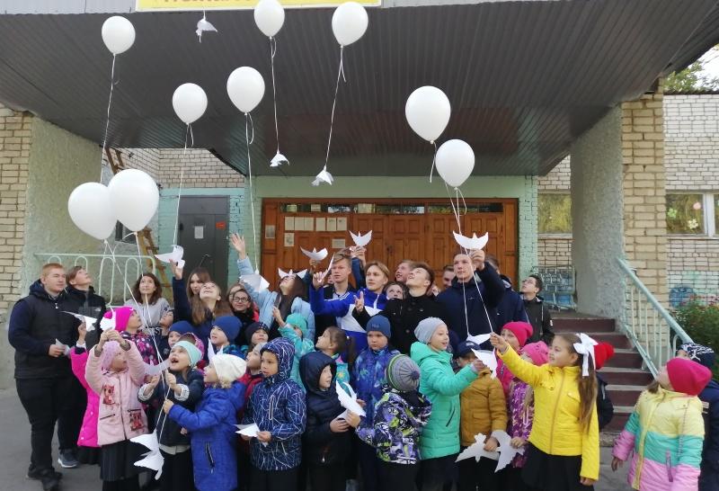 Школьники запустили в небо более 500 бумажных голубей