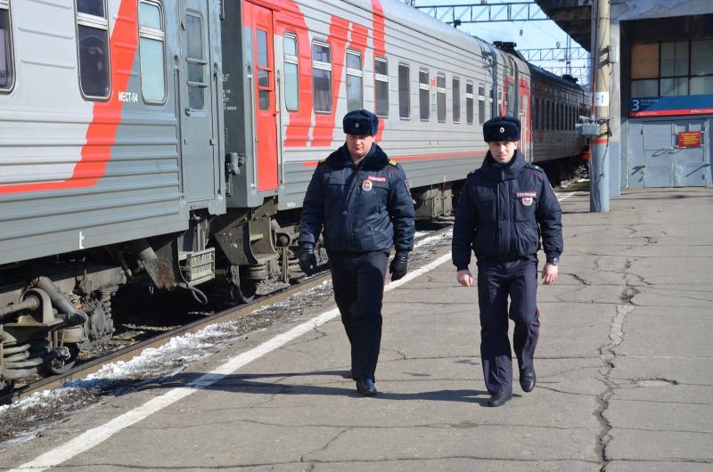 Транспортные полицейские по горячим следам задержали грабителей