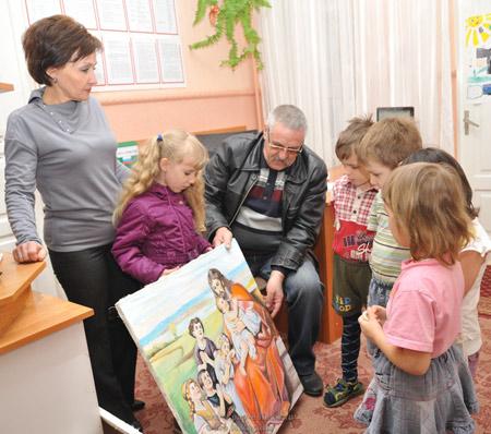 Воспитанникам детских садов подарили картины
