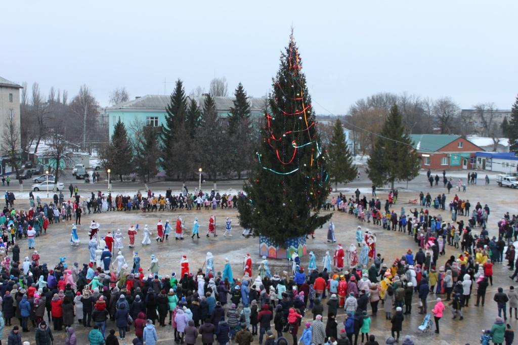 На площади ГКЦ прошло открытие городской елки