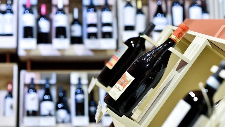 Продавец алкогольного магазина закрыла полицейского в помещении