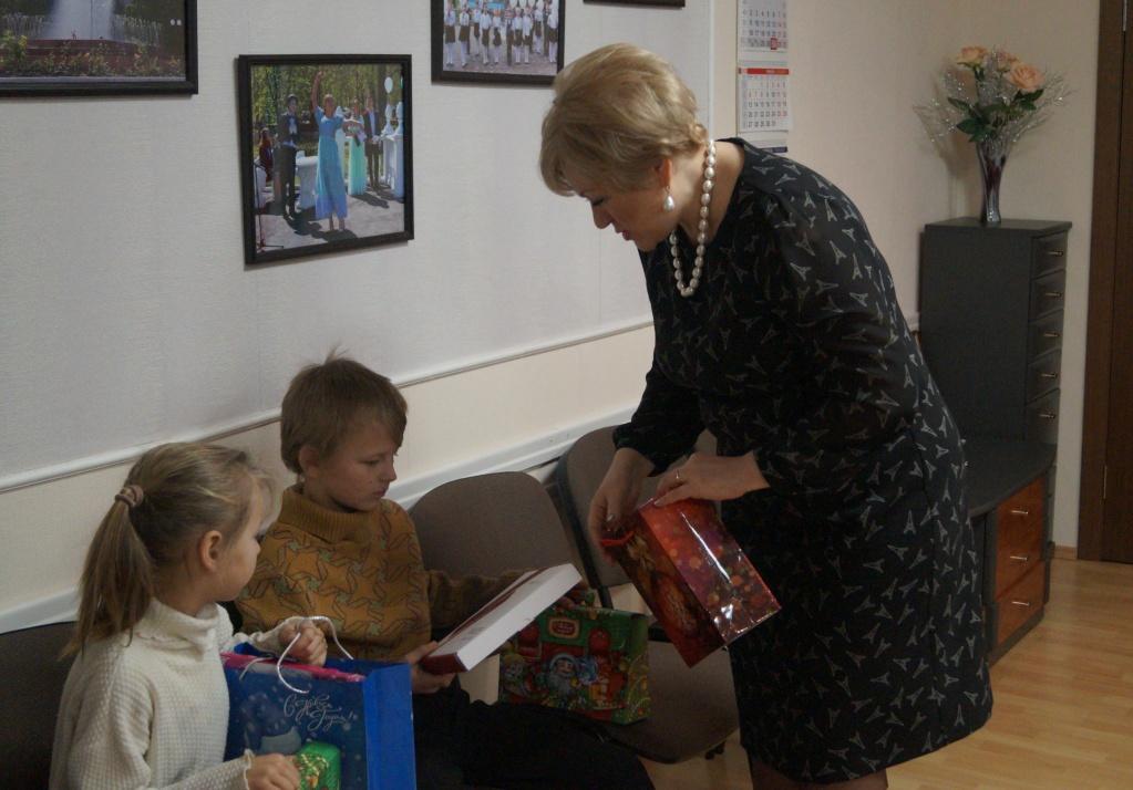 Глава Ртищевского района С.В. Макогон поздравила детей из многодетной семьи