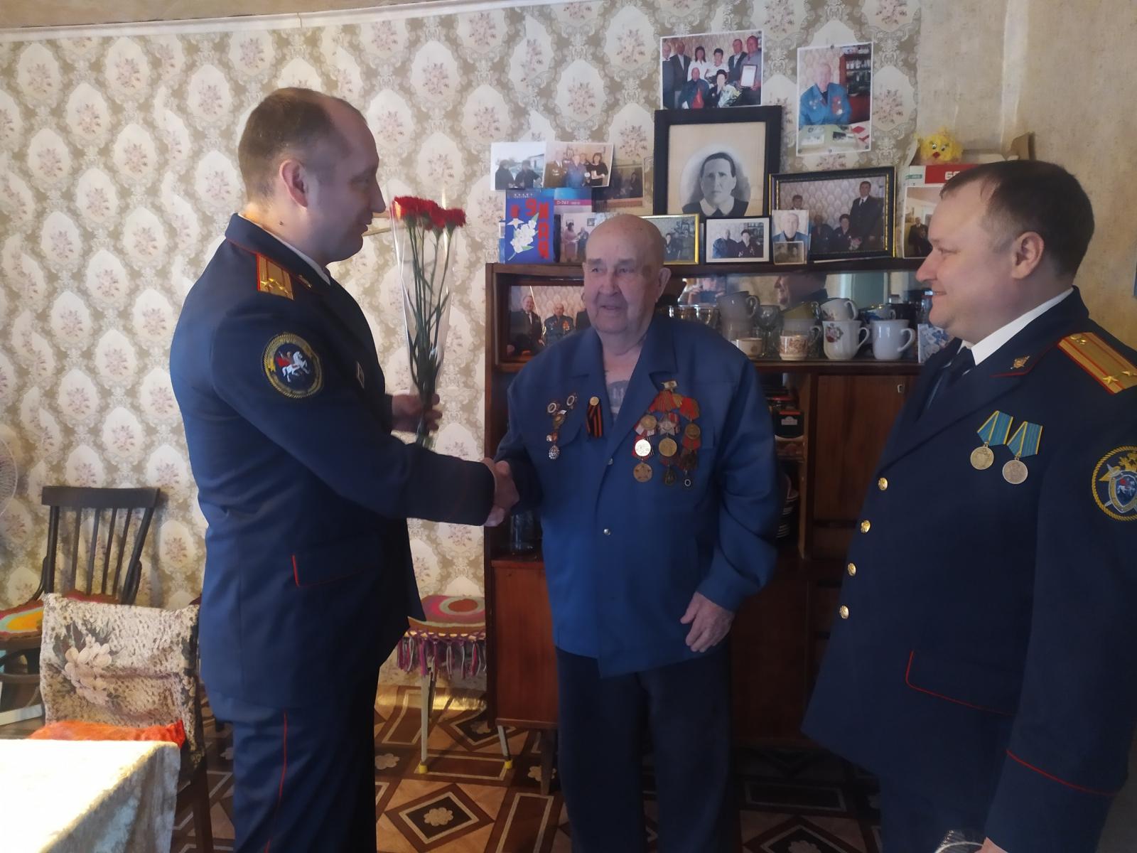 Следователи поздравили ветерана с юбилеем и оказали помощь