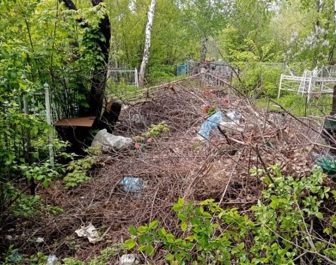 Ртищевцы обратились к главе района с просьбой убрать мусор на кладбище