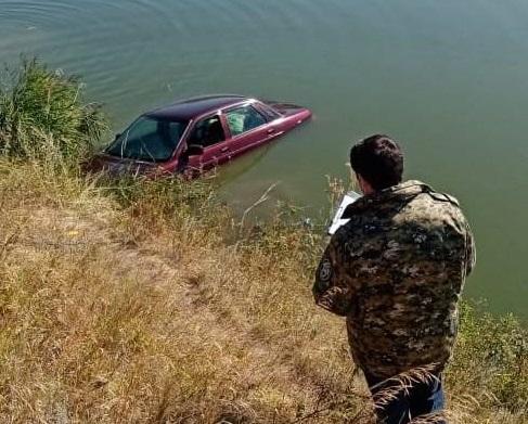 Ребенок погиб в скатившейся в пруд машине