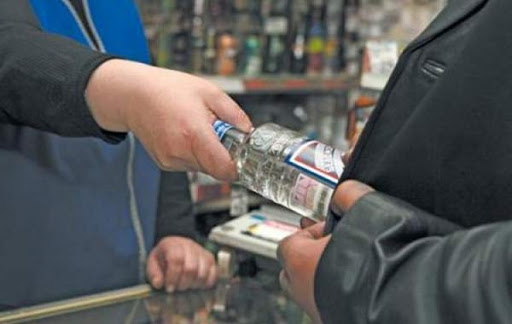 За продажу одной бутылки водки предпринимателя наказали крупным штрафом