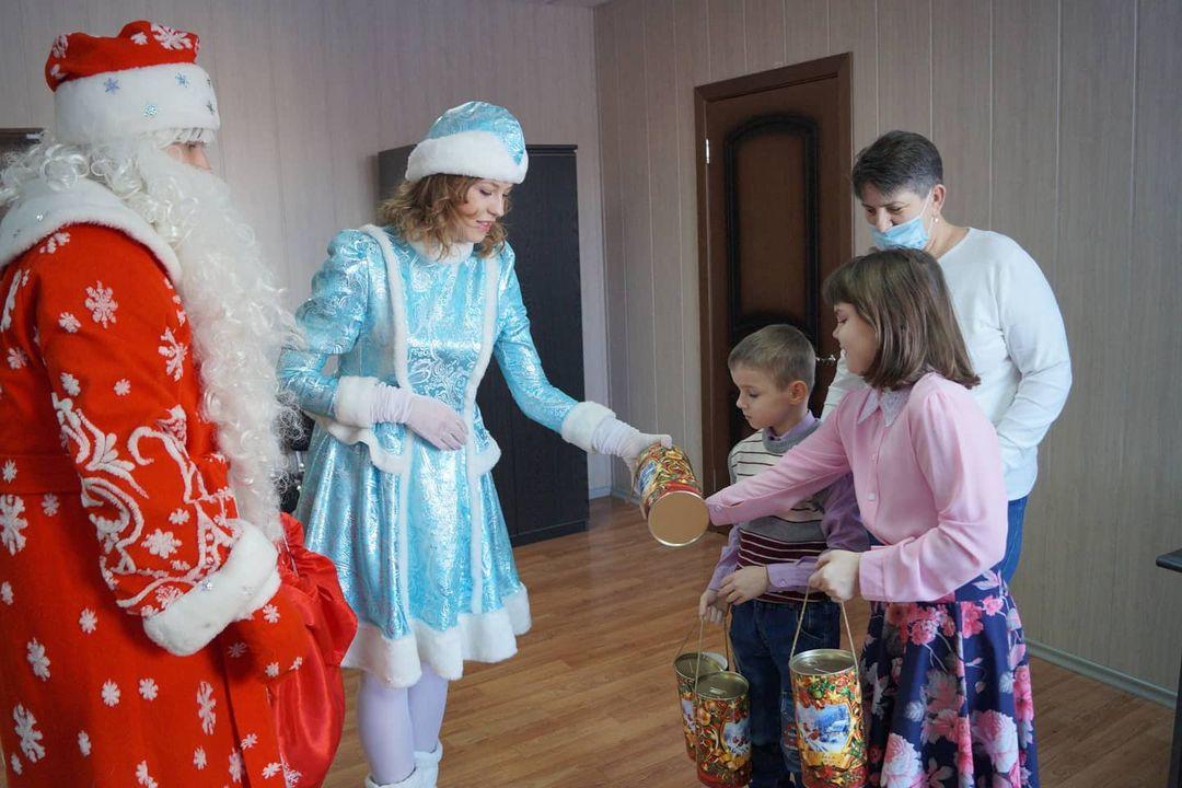 Дед Мороз и Снегурочка поздравили многодетную семью