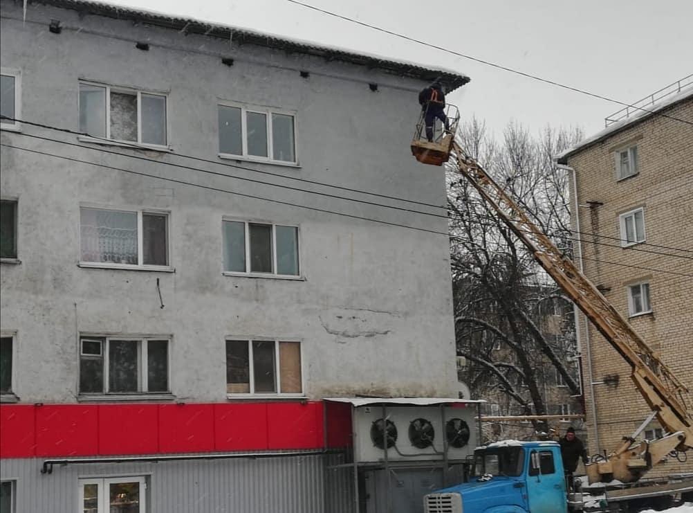 Коммунальщики очищают крыши домов от наледи
