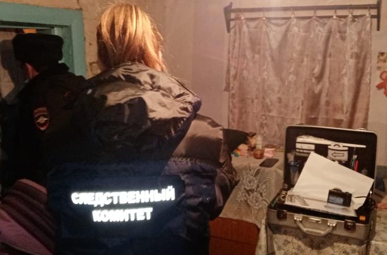 В частном дома обнаружен труп мужчины с колото-резаными ранениями
